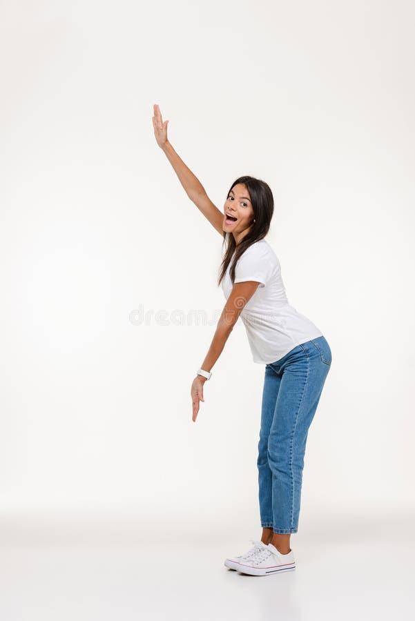Pełny długość portret z podnieceniem przypadkowa kobiety pozycja zdjęcia royalty free