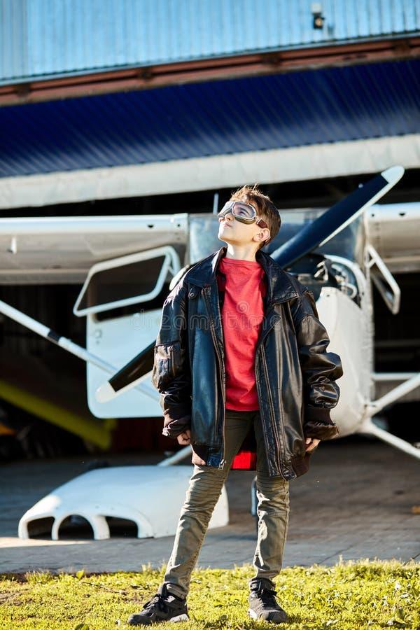 Pełny długość strzał chłopiec w wielkiej ojciec skóry pilota kurtce obrazy royalty free