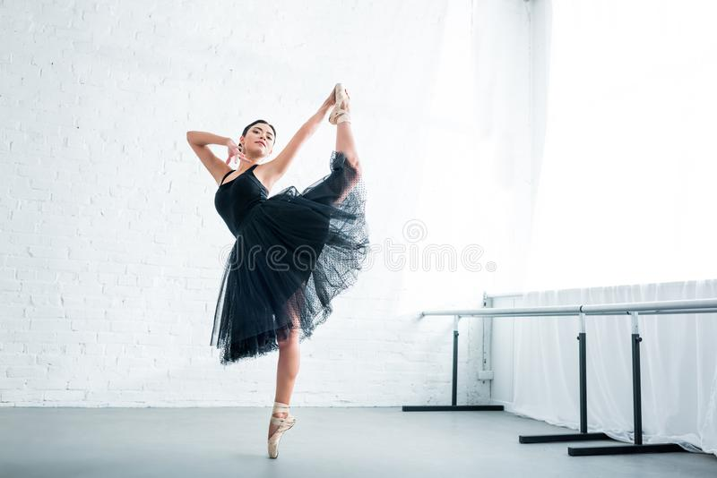 pełny długość widok pięknej młodej baleriny ćwiczy balet zdjęcie royalty free
