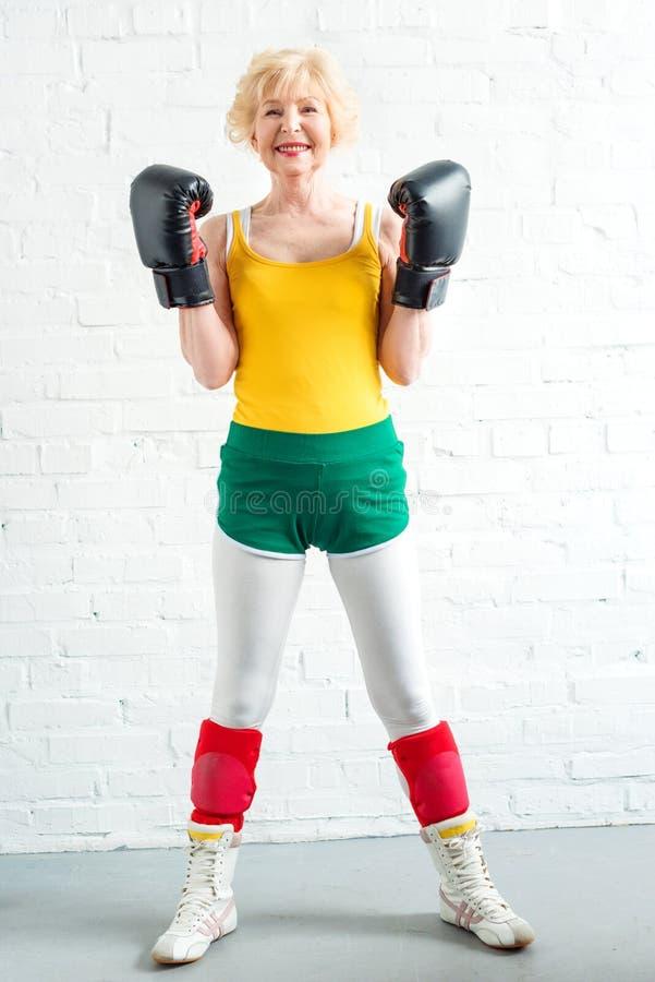 pełny długość widok szczęśliwy starszy żeński boksera ono uśmiecha się zdjęcia royalty free