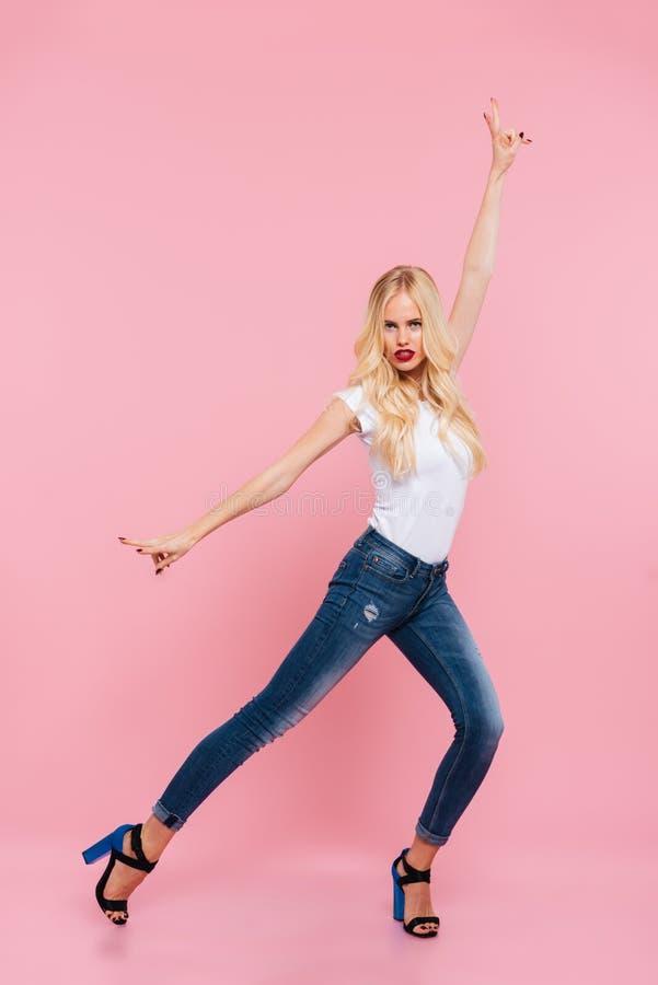 Pełny długość wizerunek atrakcyjna blondynki kobieta pozuje w studiu zdjęcia stock