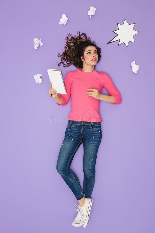Pełny długość wizerunek brunetki kobiety mienia papieru notatki podczas gdy pozujący nad pomysłu lub myśli bąblem nad jej głowa fotografia stock