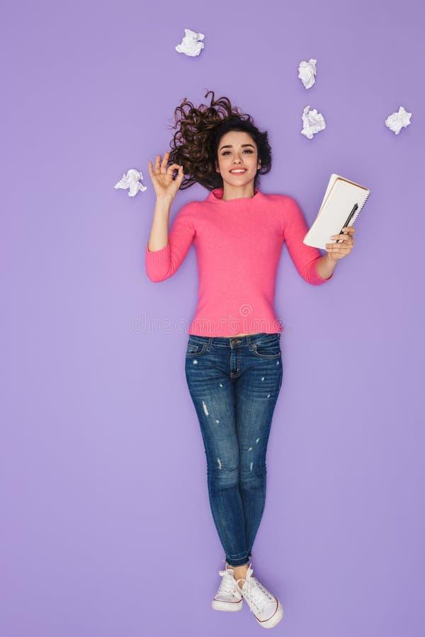 Pełny długość wizerunek caucasian kobiety mienia papieru notatki podczas gdy pozujący nad pomysłu lub myśli bąblem nad jej głowa obrazy royalty free