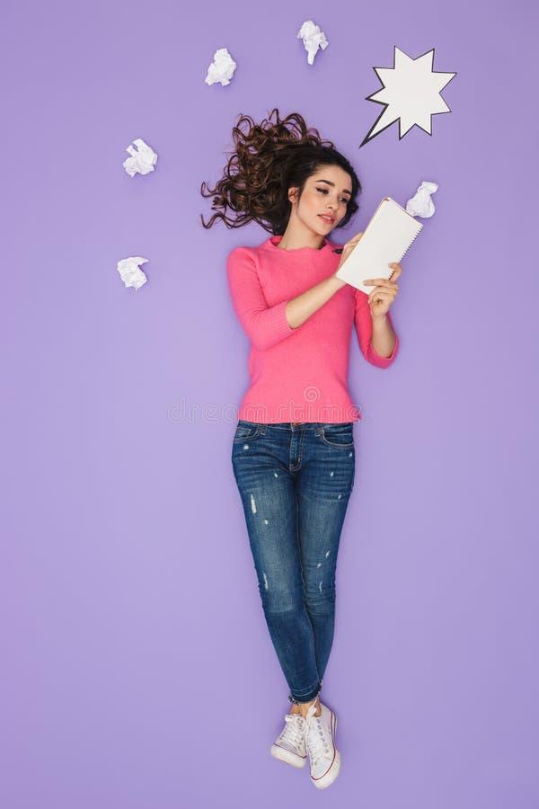 Pełny długość wizerunek młodej kobiety mienia papieru notatki podczas gdy pozujący nad pomysłu lub myśli bąblem nad jej głowa obraz royalty free
