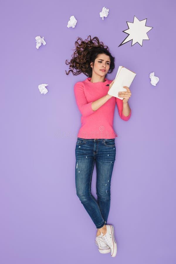 Pełny długość wizerunek piękne kobiety mienia papieru notatki podczas gdy pozujący nad pomysłu lub myśli bąblem nad jej głowa zdjęcie stock