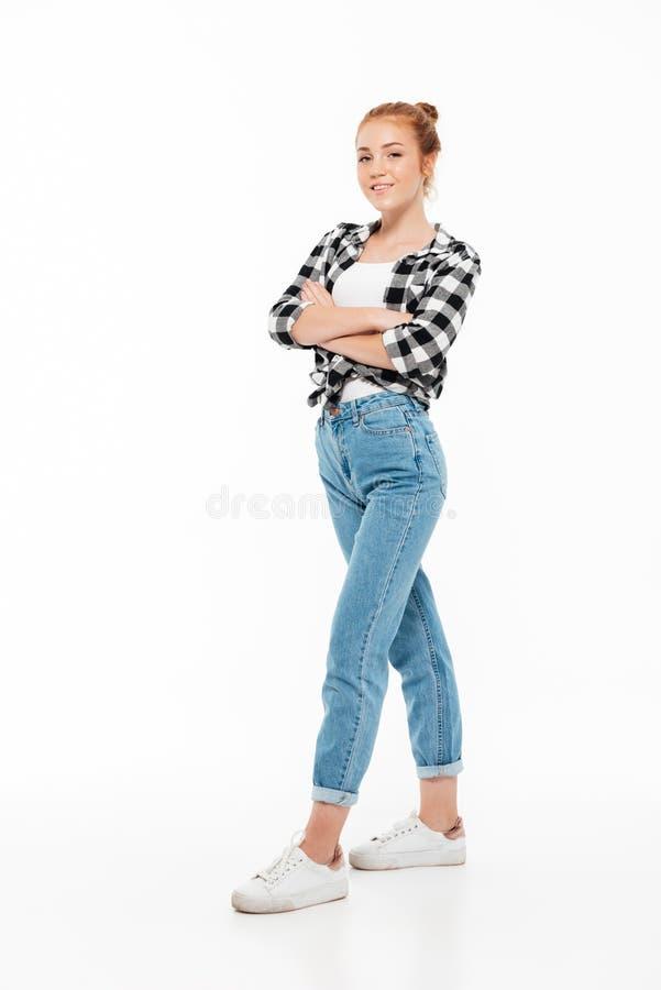 Pełny długość wizerunek uśmiechnięta imbirowa kobieta w koszula zdjęcia royalty free