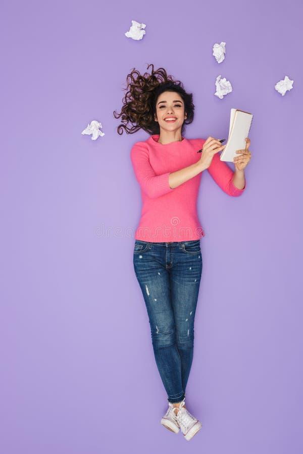 Pełny długość wizerunek zadowolone kobiety mienia papieru notatki podczas gdy pozujący nad pomysłu lub myśli bąblem nad jej głowa zdjęcia royalty free