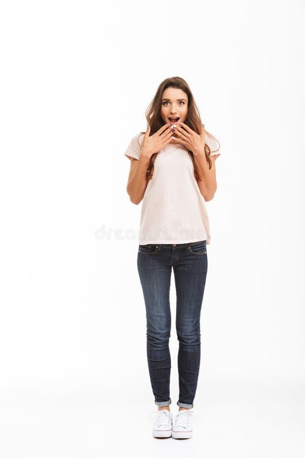 Pełny długość wizerunek Zdziwiona szczęśliwa brunetki kobieta w koszulce zdjęcie royalty free