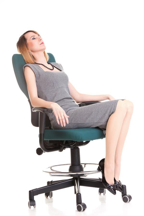 Pełny długości biznesowej kobiety obsiadanie na krzesła mienia schowku jest zdjęcie royalty free