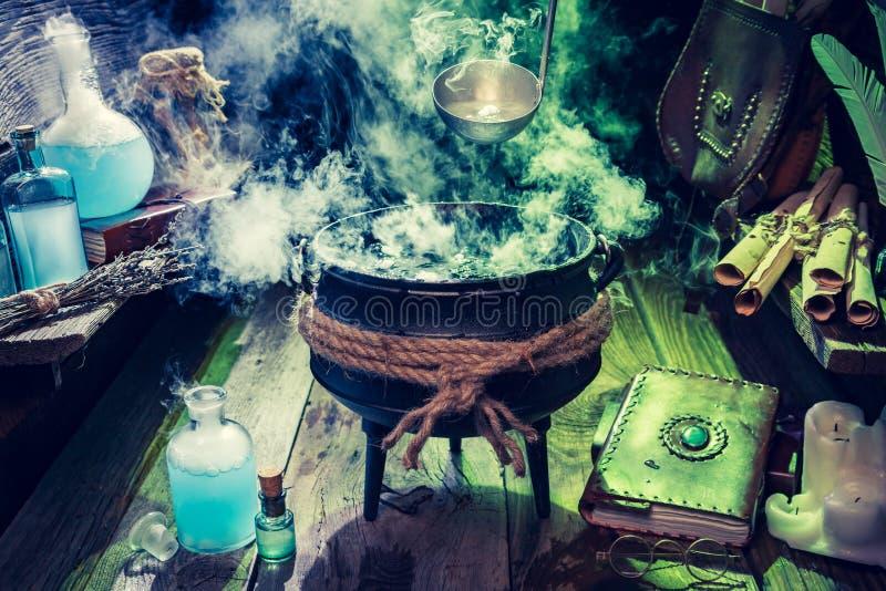 Pełny magiczna mikstury witcher buda z błękita i zieleni dymem dla Halloween fotografia royalty free