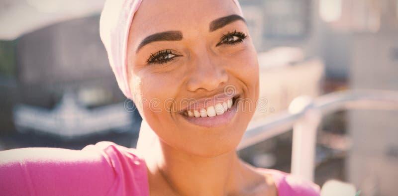 pełny nadziei kobiety jest ubranym mantra szalika zdjęcie royalty free
