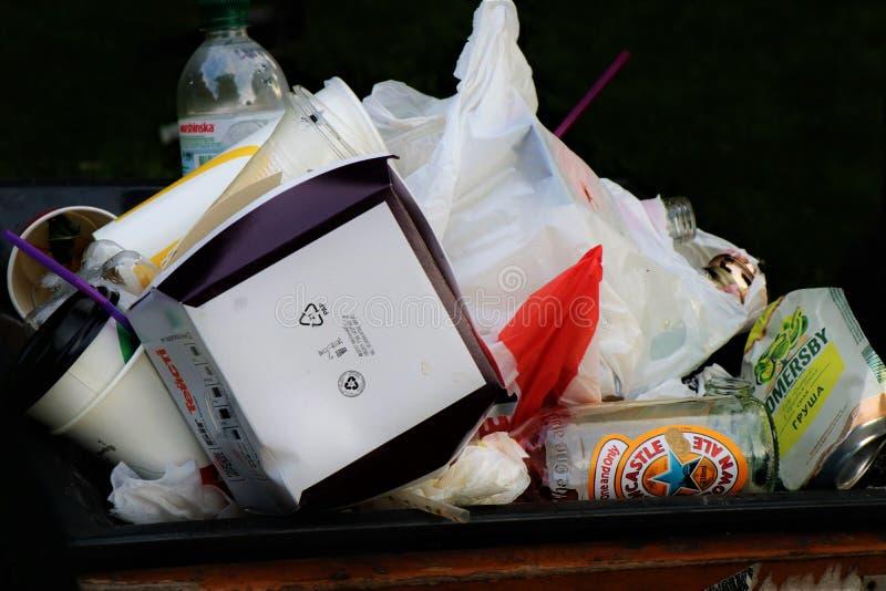 Pełny pojemnik na śmiecie odizolowywający zdjęcie stock