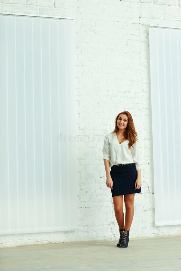 Pełny portret bizneswoman pozycja fotografia royalty free
