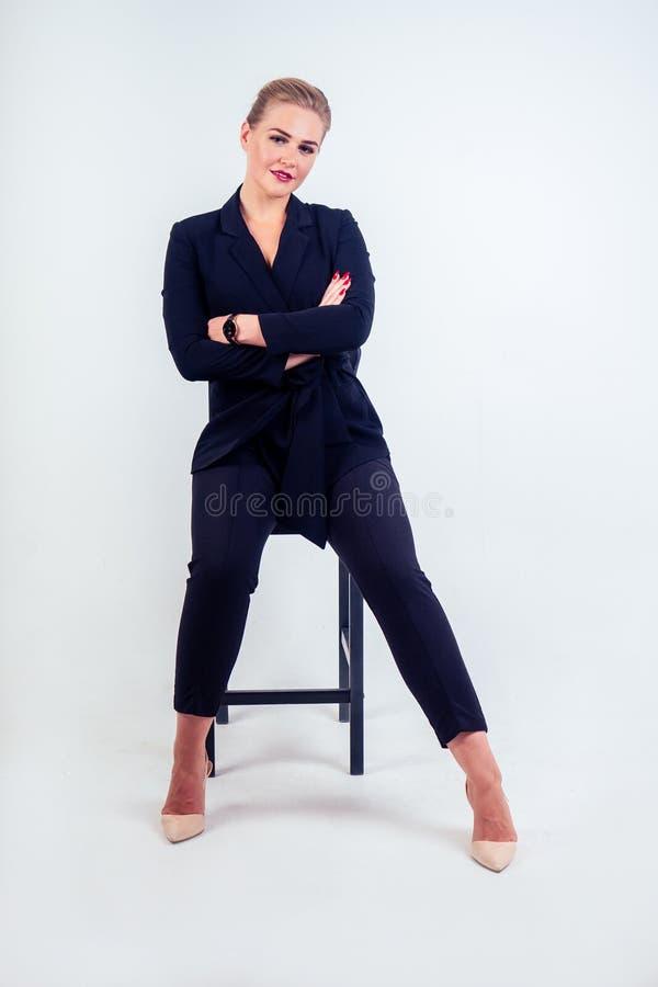 Pełny portret udanej biznesmenki okulary blond fryzury idealnie wyglądają na czerwone wargi w stylowej czarnej fotografia royalty free