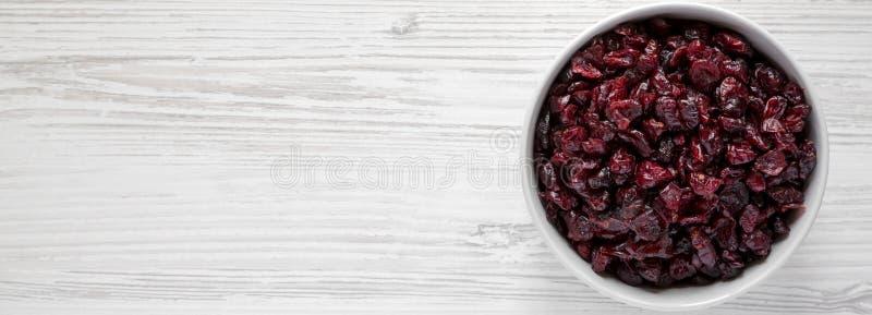 Pełny puchar susi organicznie cranberries na białym drewnianym stole, odgórny widok Koszt stały, od above, mieszkanie nieatutowy  fotografia royalty free
