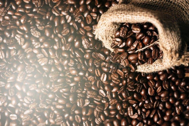 Pełny ramowy wizerunek świeży zmrok piec kawowe fasole z gunny burlap workiem zdjęcie stock