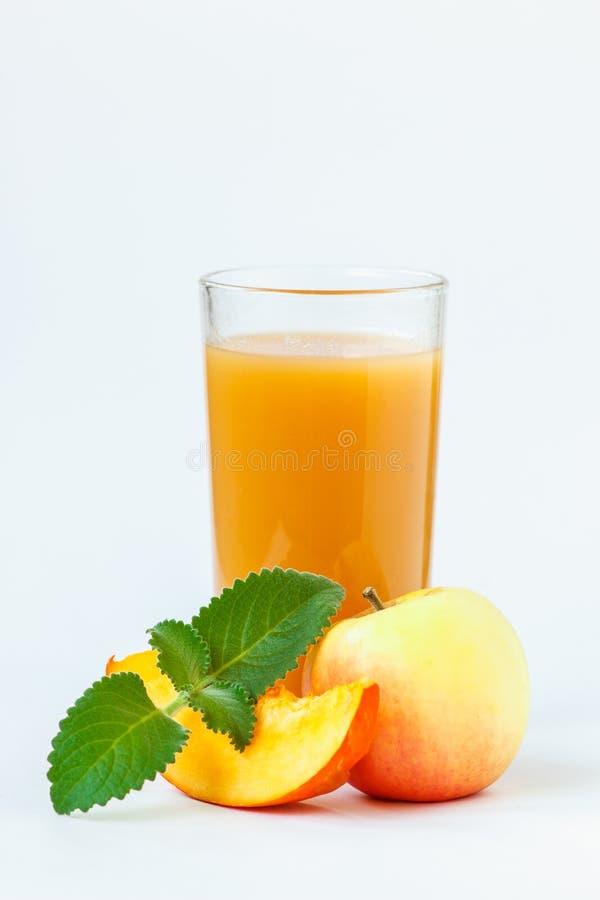 Pełny szkło świeży dyniowy sok z jabłkami i mennicą odizolowywającymi na białym tle obraz royalty free