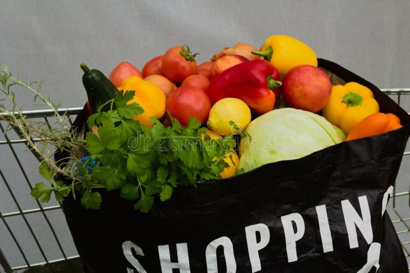 Pełny torba na zakupy sklepy spożywczy w tramwaj mapie obrazy stock
