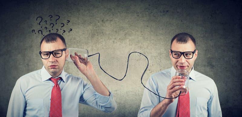 Pełny wątpienie biznesowy mężczyzna słucha jaźń wewnętrzny głos z qirstions obrazy stock
