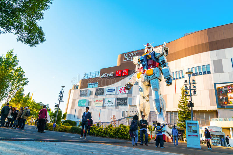 Pełnych rozmiarów Gundam występy Na zewnątrz DiverCity Tokio placu, Oda ilustracja wektor