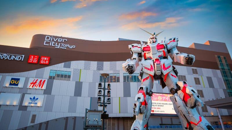 Pełnych rozmiarów Mobilna kostiumu RX-0 jednorożec Gundam przy nurka miasta Tokio placem w Tokio, Japonia obrazy royalty free