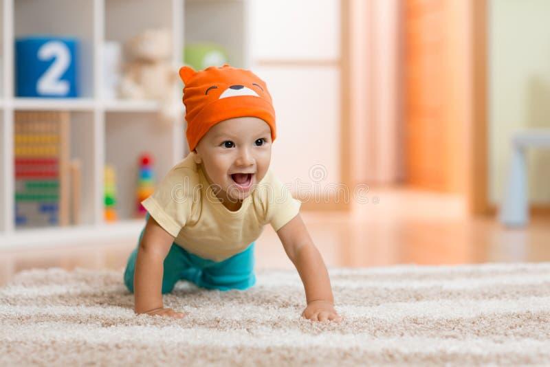 Pełzający dzieciak lub dziecko na dywanie w domu obrazy royalty free