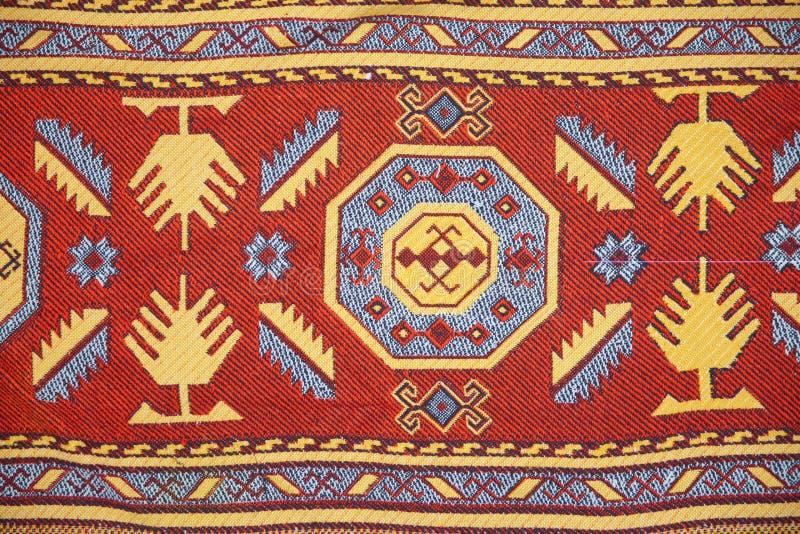 A pe?a do tapete feito a m?o de azerbaijan Do ornamento nacional dos tapetes de Azerbaijão s close up pintado feito a mão do fund fotos de stock