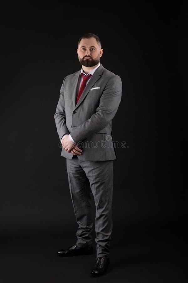 Pe?nego wzrosta portreta przystojny biznesmen na czarnym tle obraz stock