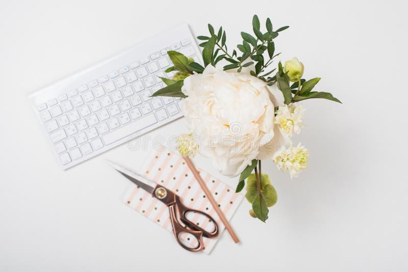 A peônia branca floresce no close up do fundo da tabela de trabalho, bloggers w fotografia de stock