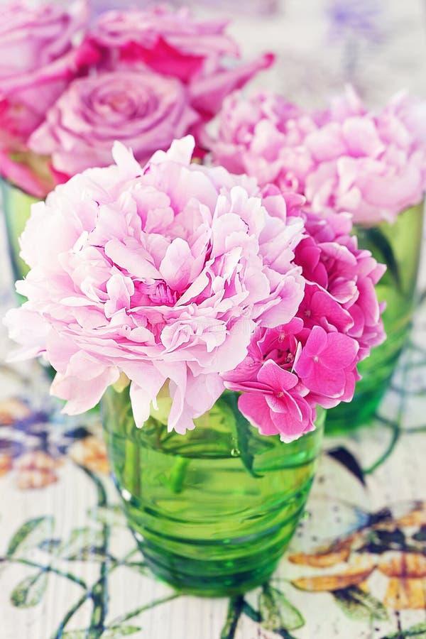 Peônia e rosas foto de stock royalty free