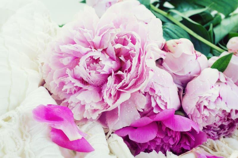 Peônias cor-de-rosa e vestido de casamento branco imagem de stock