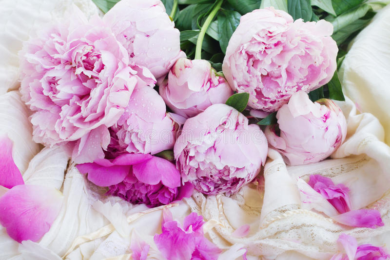Peônias cor-de-rosa e vestido de casamento branco foto de stock royalty free