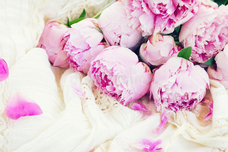 Peônias cor-de-rosa e vestido de casamento branco imagem de stock royalty free