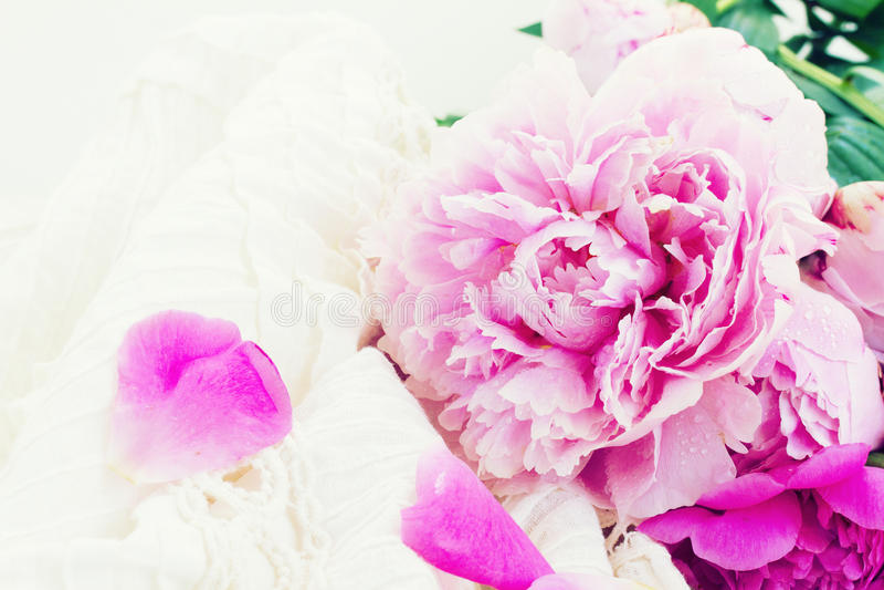 Peônias cor-de-rosa e vestido de casamento branco fotos de stock royalty free