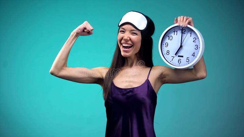Pe?ny energetyczna kobieta budzi si? wcze?nie w ranku, zdrowy styl ?ycia, ?pi warto?? fotografia royalty free