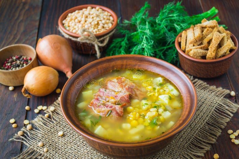 Pea Soup De traditionele soep met erwten, groenten en gerookte ribben diende in een ceramische plaat Houten achtergrond Selectiev royalty-vrije stock afbeeldingen