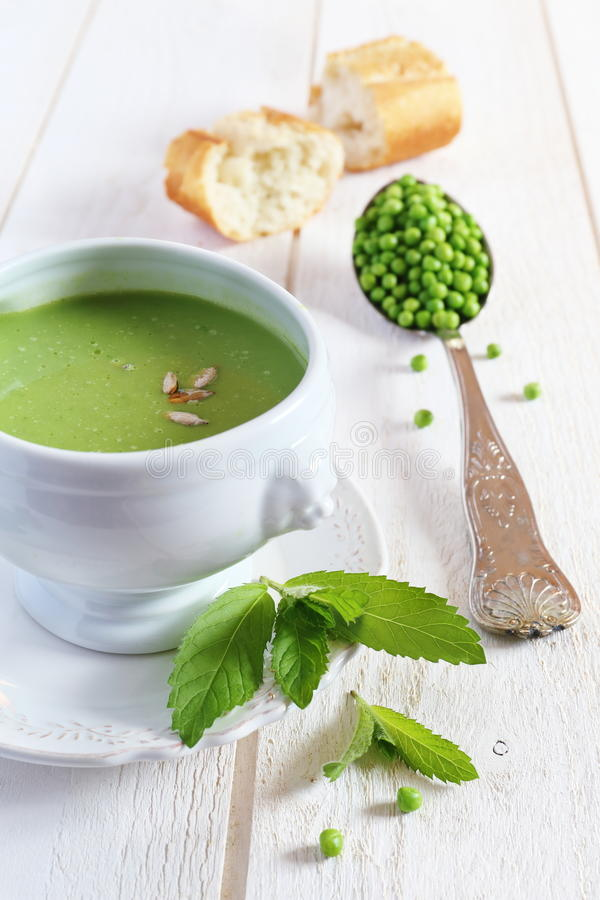 Pea Soup et baguette de menthe sur le fond clair images stock