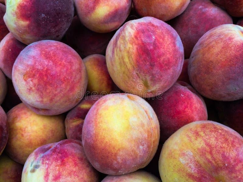 Peaches Heap organique fraîche au marché d'agriculteurs photographie stock