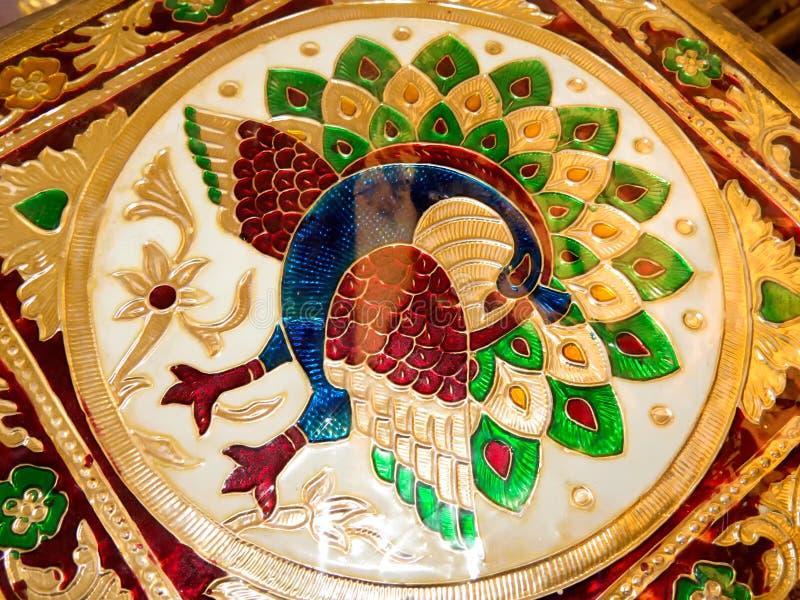 Peafowl hermoso grabado en la caja del metal fotos de archivo