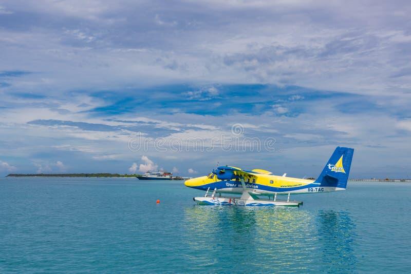 12 09 2015: Peaje de Ari, Maldivas: Aterrizaje del hidroavión en la laguna del océano El despegue de un hidroavión de la playa de imágenes de archivo libres de regalías