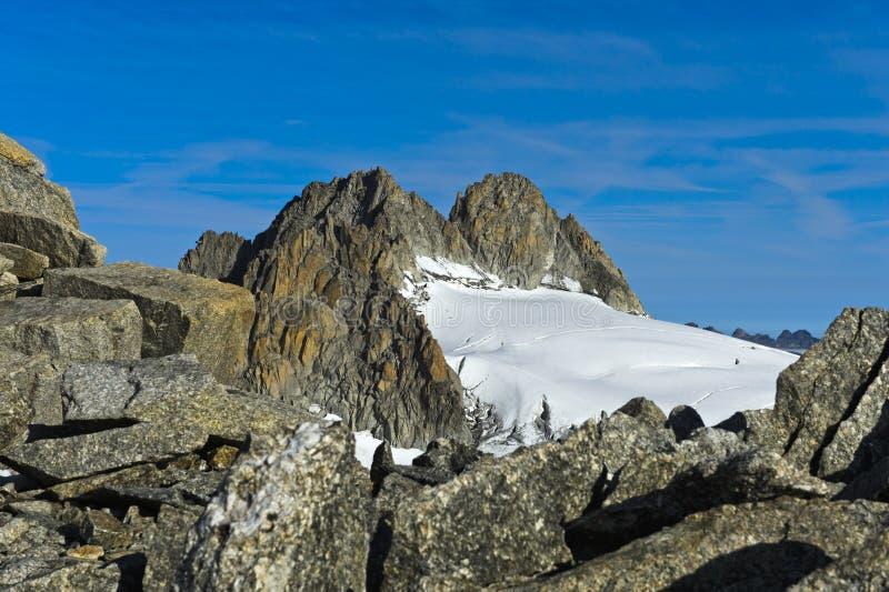 Peak Aiguille du Tour que sube sobre el glaciar Plateau du Trient imagen de archivo libre de regalías