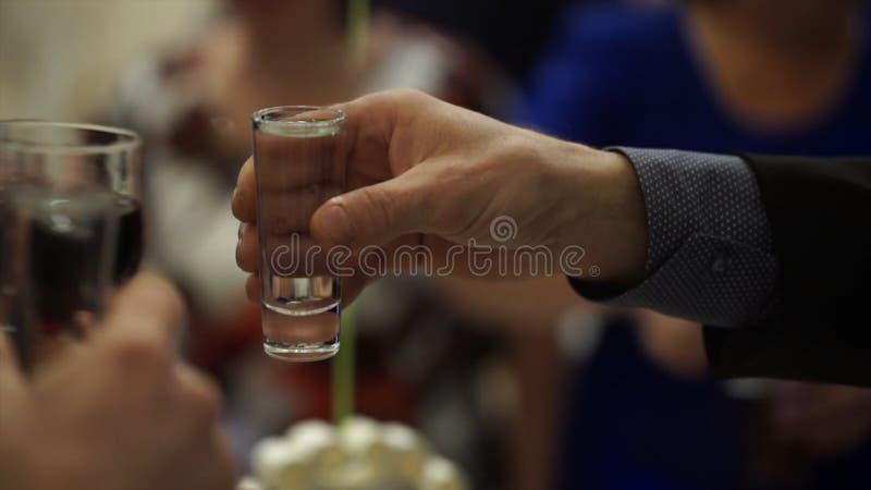 Peaople en las alegrías del partido o de la boda con los vasos de medida Amigos que tuestan con los vasos de medida Grupo feliz d fotos de archivo