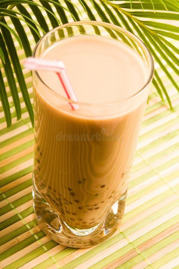 Pearl питье молока на белизне. Чай пузыря стоковая фотография