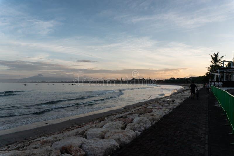 Peat?n a lo largo de la playa de Kuta Bali cuando la ma?ana es todav?a reservada fotografía de archivo