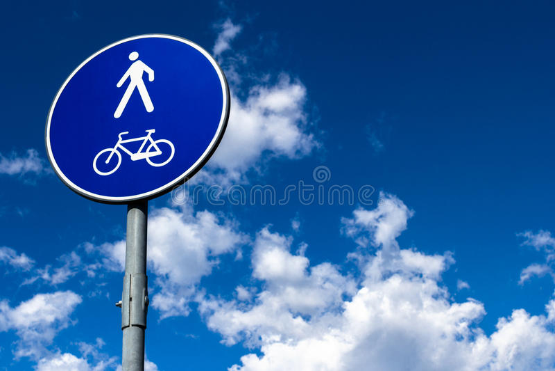 Peatón y bicicleta imagen de archivo libre de regalías