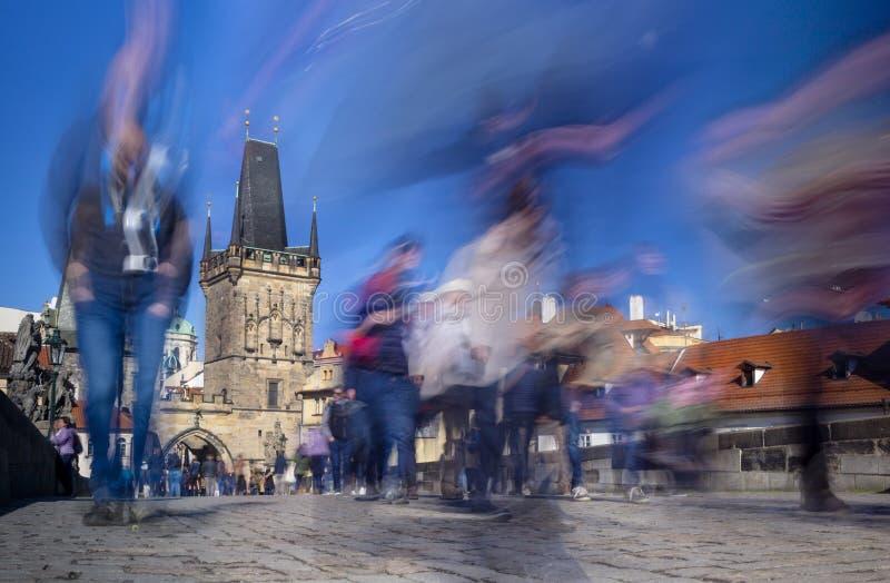 Peatones en Charles Bridge en Praga, República Checa fotos de archivo libres de regalías