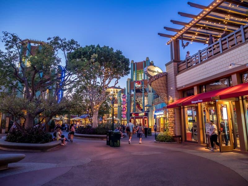 Peatones en Disney céntrico imagen de archivo
