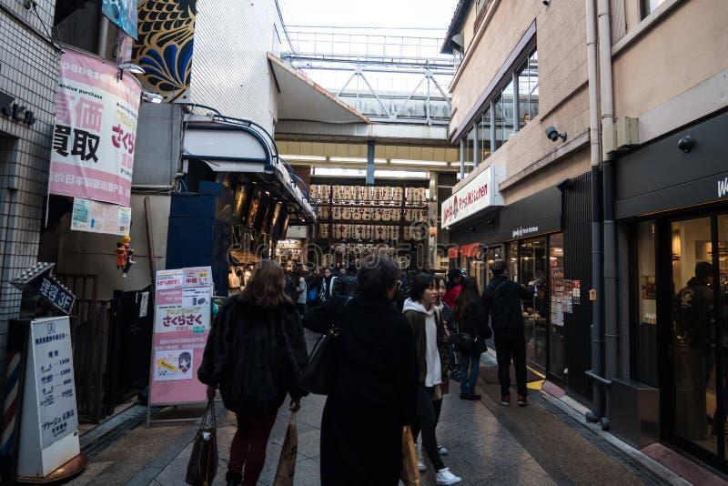 Peatones en el mercado de la comida de Kyoto fotos de archivo