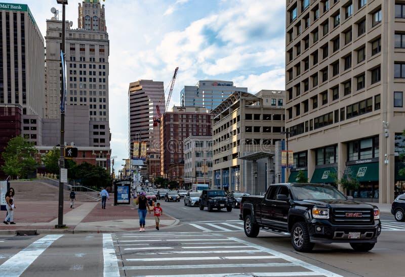 Peatones que cruzan el camino en Baltimore fotos de archivo