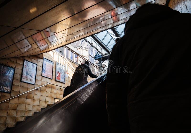 Peatones que salen la estación de metro de Hamburgo fotografía de archivo
